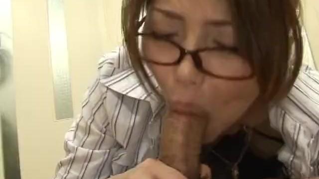 めがね女教師と教室でセックス
