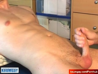 My gym trainer made a porn: watch his huge cock gets wanked!