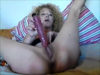 la petite salope Oxana Tasev aime écarter ses jambes