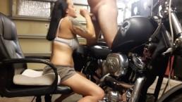 GIA ROSE zuigt mijn Lul op mijn Harley en verlangt naar Zaad