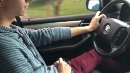 Little Chris si sega mentre guida per andare a casa della nonna
