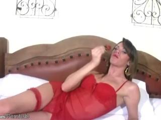 T-dekle v rdečem perilu uživa sočno sadje in njen velik petelin