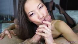 Sexy aziatische pijpslet werkt aan enorme lading