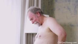 Ado tchèque sexy baise un vieil homme grisonant