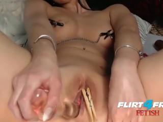 Milana vertoont haar gekke anaal spel fetisch vaardigheden