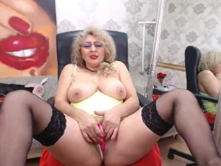 Blond cougar plays with pussy on cam