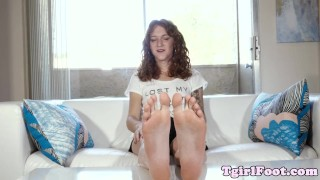 Bigfeet tranny amateur flexing her long toes