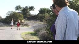 Daughter Swap - Bella biondina beccata nuda dall'amico di papà in videochat