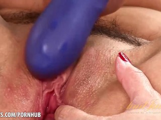 Sheena Ryder gets her pussy nice and wet