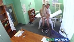 Neppe ziekenhuis at vindt seksuele verassing in patient haar natte kutje