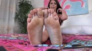 Olivia Lua Gets Off With Her Toy