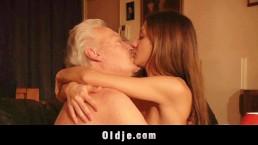 Uomo anziano scopa la mia giovane e stretta figa e io ingoio e lecco il suo sperma