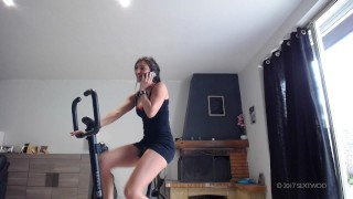 Fuck and creampie Bike gym Sextwoo/Baisée pendant sa gym à vélo  tits boobs stranger cum gym pounded young fuck pawg brunette hottie teenager bike skirt fuck sextwoo sport