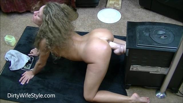 Dildo perrito Hot brunette fucks huge dildo doggystyle on her knees