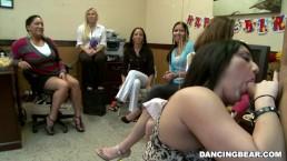 Alaina's Dancing Bear feestje met grote lul mannen strippers