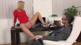 Secretary drinks her bosses piss