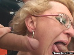 Blonde old lady takes double penetration in the fields