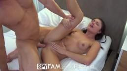 SpyFam Petite brunette stiefzus Adria Rae fukt haar stiefbroer
