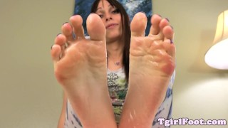 Oil foot teasing tranny rubbing with her feet soft toes