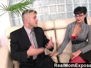 Image RealMomExposed Caliente secretario le encanta una polla en su culo