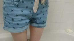 Ragazzina bagna i suoi pantaloncini di jeans