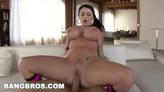 BANGBROS - British Sophie Dee Shows Off Big Tits and Big Ass (btcp9974) Hardon shower
