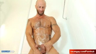 Ayeric, gym guy serviced his big cock by a guy! Cum 3some