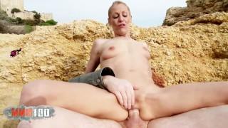 Folle sesso anale in spiaggia con la magra milf bionda italiana