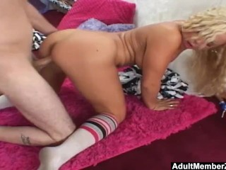 AdultMemberZone – Cheerleader gets picked up for a ride.