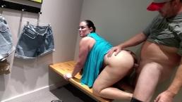 Bella MILF sborrata in un camerino del centro commerciale