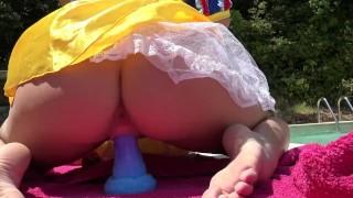 Blanche-Neige et les 7 sex toys, se fait gicler dans la chatte et éjacule