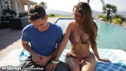Cougar Reena Sky wil de zwembadjongen neuken!