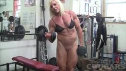 Vrouwelijke bodybuilder Lacey traint en masturbeer