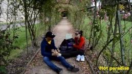 Un fétichiste des pieds accoste une jeune femme dans un parc