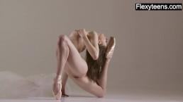 Гимнастка блондинка занимается