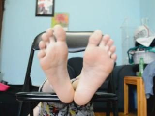 TSM - Lola's first foot tickling