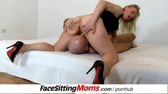 Woman receive xxx Gabina a czech horny housewife receives a cunnilingus