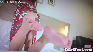 Asian tranny sways her pale feet around