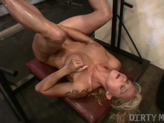 image Female bodybuilder continues her leg and pussy workout