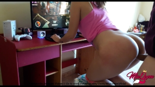Small Gamer Girl teaching how fucks while she plays Star Wars BattleFront 2 Me creampie