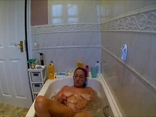 mom didnt know i filmed her having a bath, shaving pussy