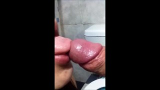 BLOWJOB COCKSUKER. SHE LAUGH WITH A COCK IN HER MOUTH WITH SPERM CHUPA PIJA