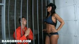 BANGBROS - La milf flic aux gros nichons Lisa Ann accorde son dernier souhait à un détenu