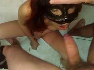Da brava schiavetta mi faccio scopare la bocca mentre mi masturbo
