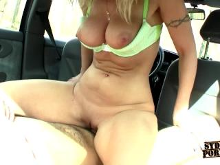 ¡Se Coge A Rubia Tetona En El Auto!