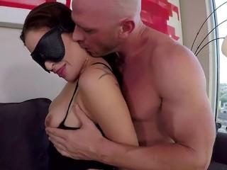 Juguetes de PornHub - Muñequeras para atar y antifaz - Mamando y Follando Presentando a Kissa Sins