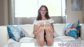 Footfetish trans babe shows us her long feet