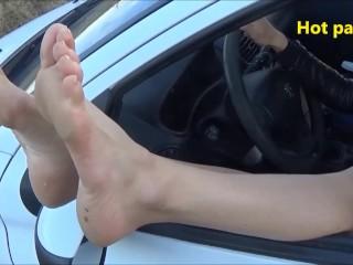 Une femme dans sa voiture m'offre ses petons à travers la fenetre