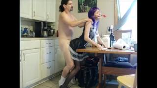 他妈的顽皮的女仆在厨房里