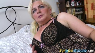 EuropeMaturE Blonde Lady is Playing on the Bed Hardcore riding